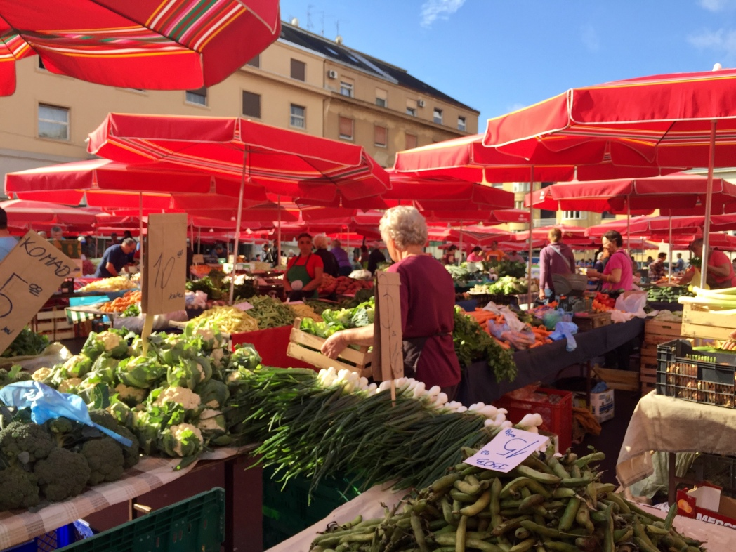 青果市場のドラツマーケット