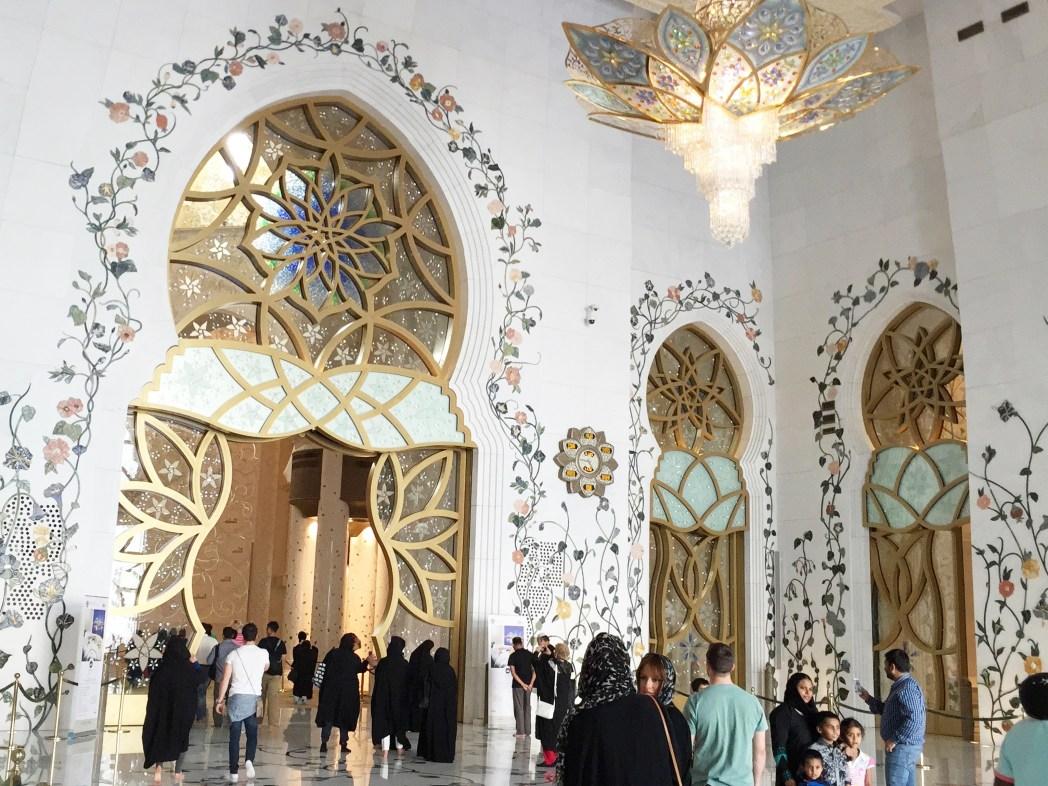 モスクの中に入ってみると、そこはまた別世界