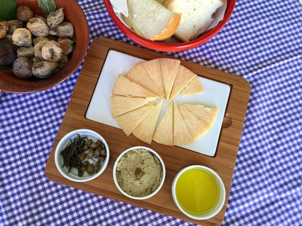 チーズ、ワイン3種、オリーブオイル、イチヂク