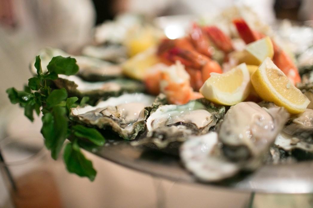 牡蠣を主役にした大皿の写真例