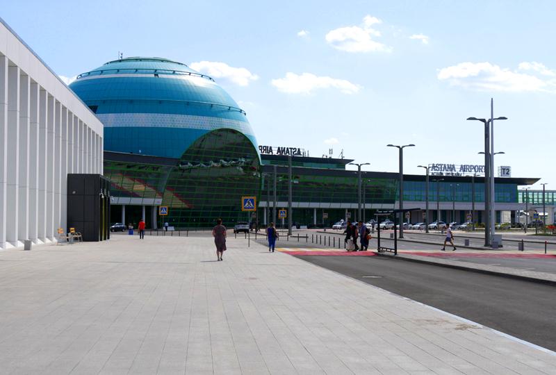 エメラルドブルーの地球のような球体が特徴のアスタナ国際空港・ターミナル2