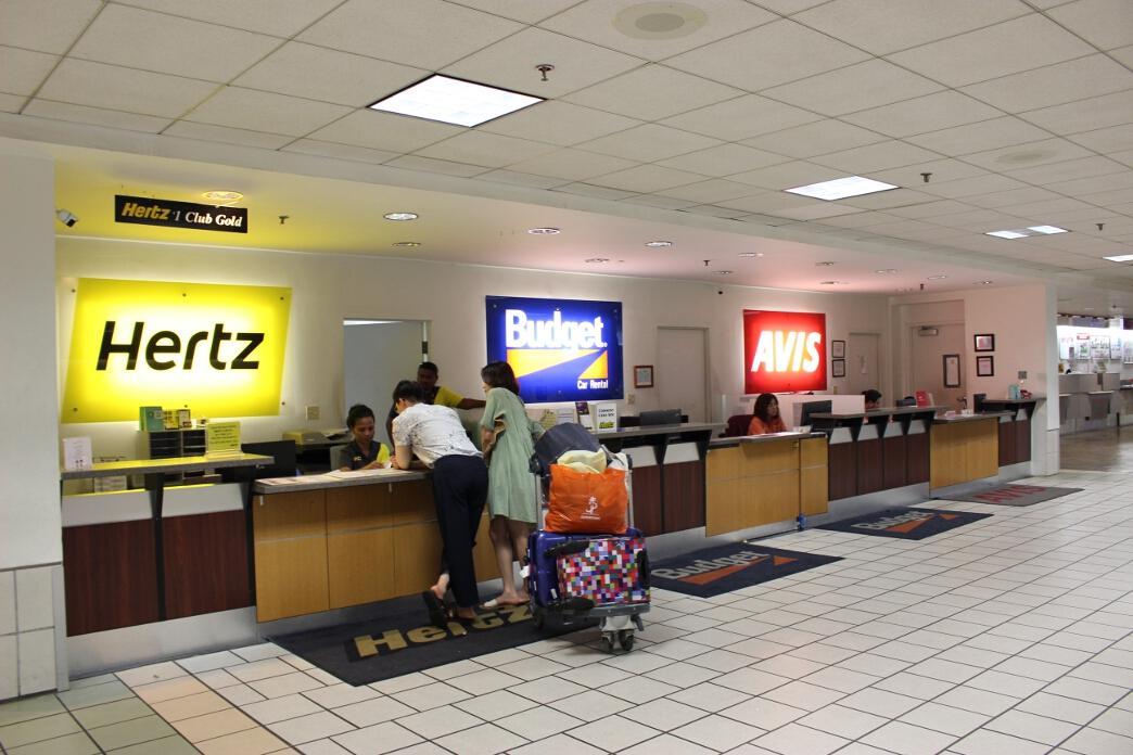 空港内にはおよそ6社のレンタカー会社がある