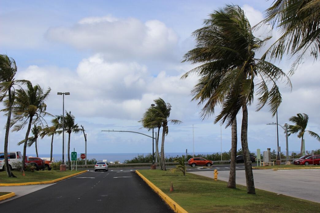グアムの空港を出たら海が見える