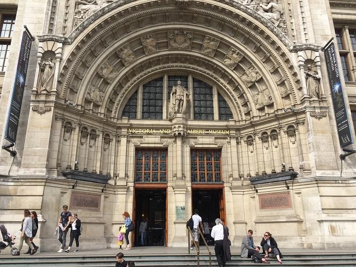 「ヴィクトリア&アルバート美術館(V&A)」の正面入り口