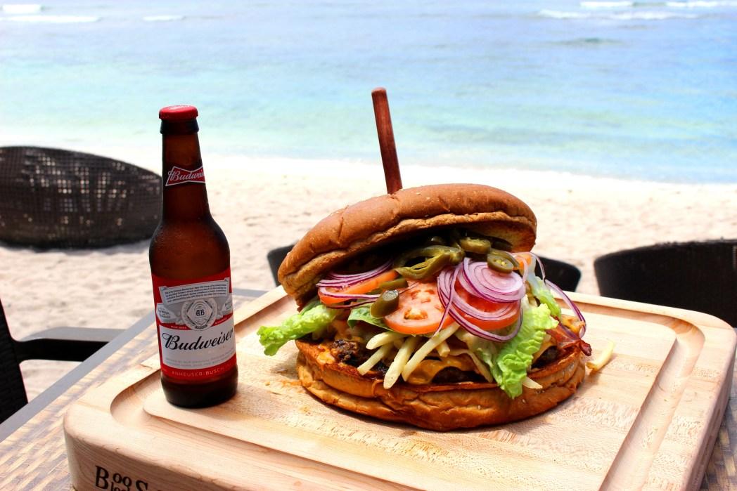 最近グアムで流行している超巨大なハンバーガー
