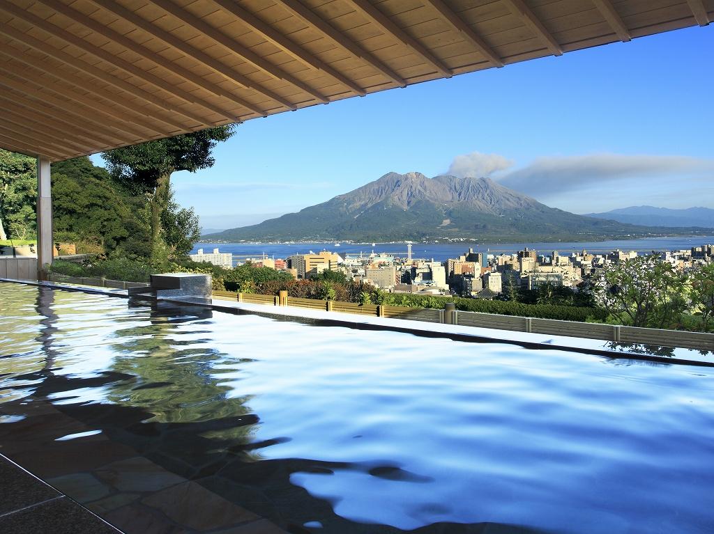 温泉につかりながら、桜島や鹿児島市街地が一望できる