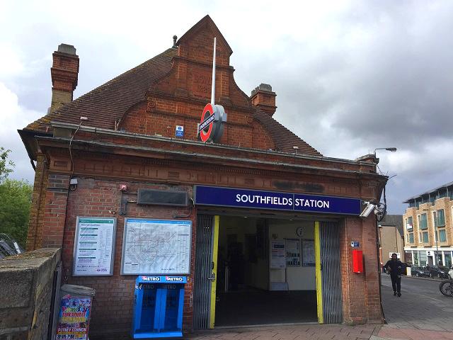 会場への最寄り駅、サウスフィールズ駅(Southfields)