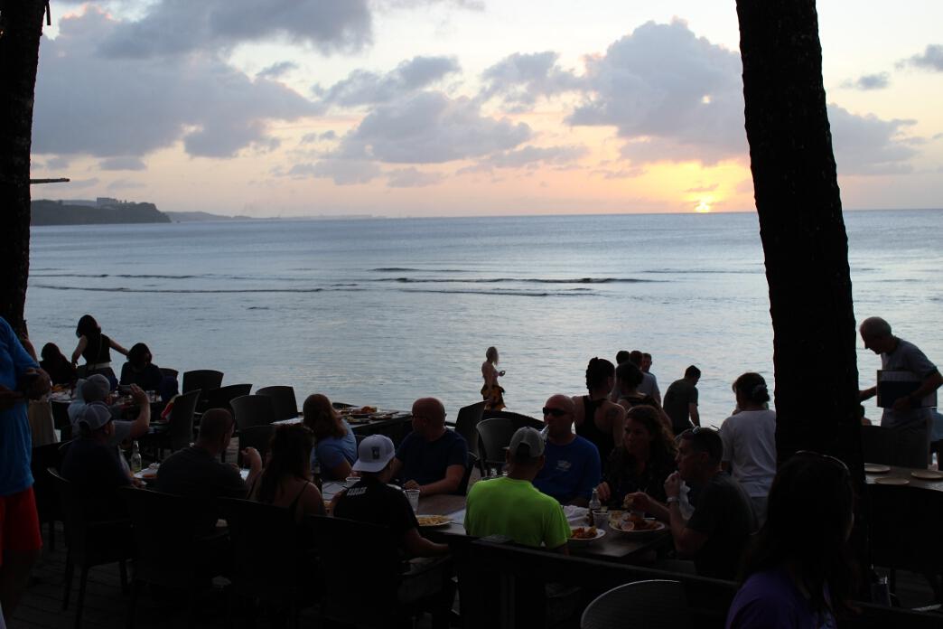 昼間と夕方でビーチの景色が変わる