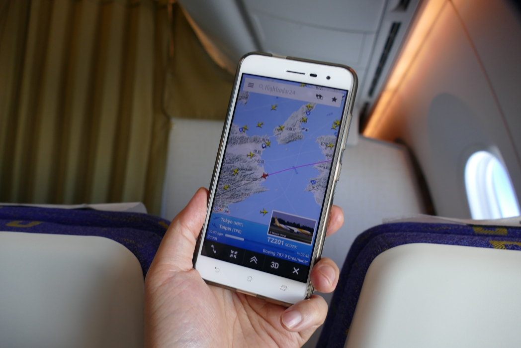 スクートの機内Wi-Fiでインターネットを利用している様子