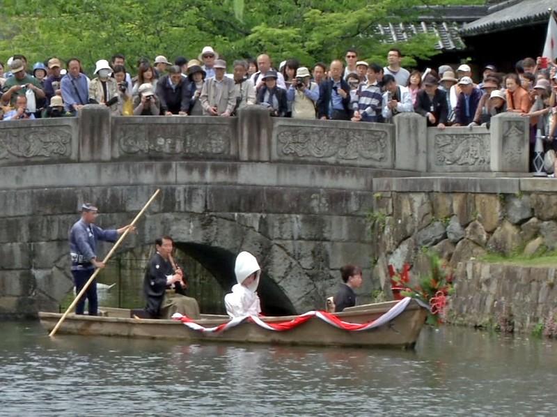 「くらしき藤娘」「瀬戸の花嫁」「かぐや姫」などの川舟流しが行われる