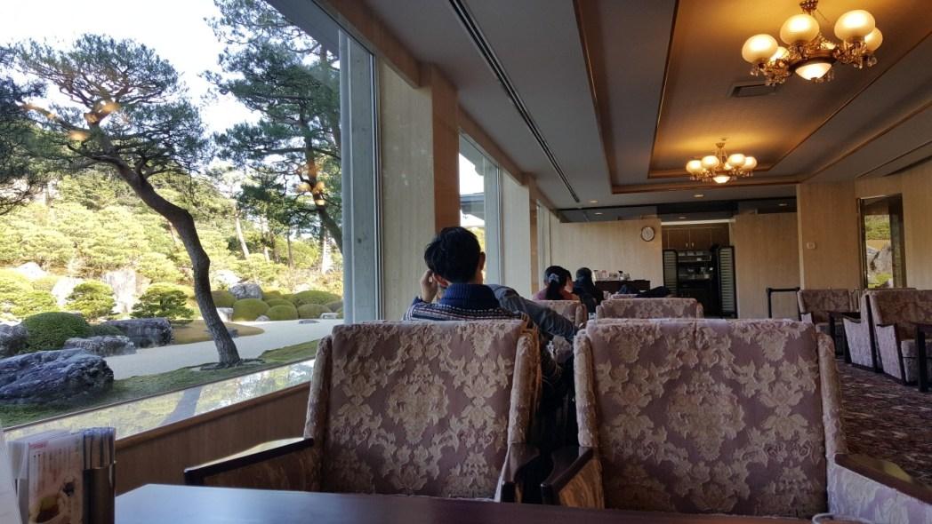 枯山水庭を一望できる喫茶室「翆」