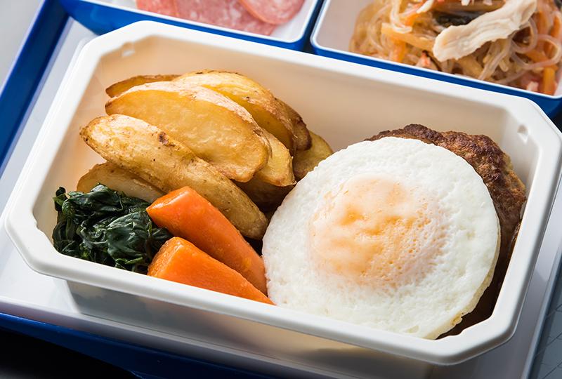 フライドエッグに隠れてちらりと顔を見せるハンバーグ - ANAのエコノミークラス機内食