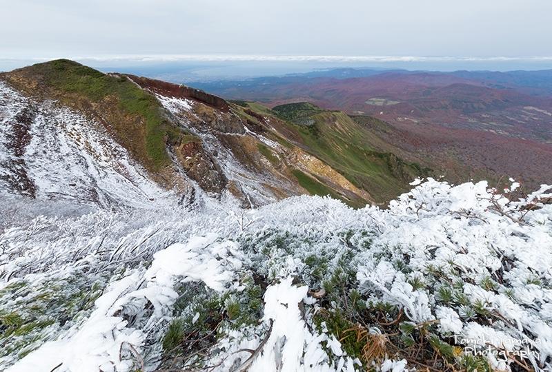 日によっては雪が積もる山頂付近