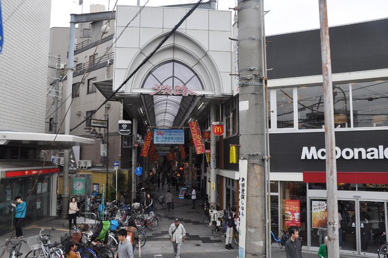 淡路駅西口側にある「淡路本町商店街」