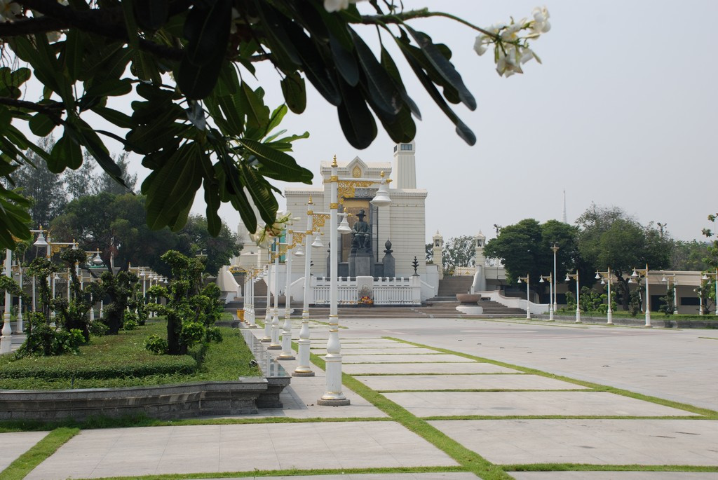メモリアルブリッジ(Phra Phuttha Yodfa bridge)/ラーマ1世の像
