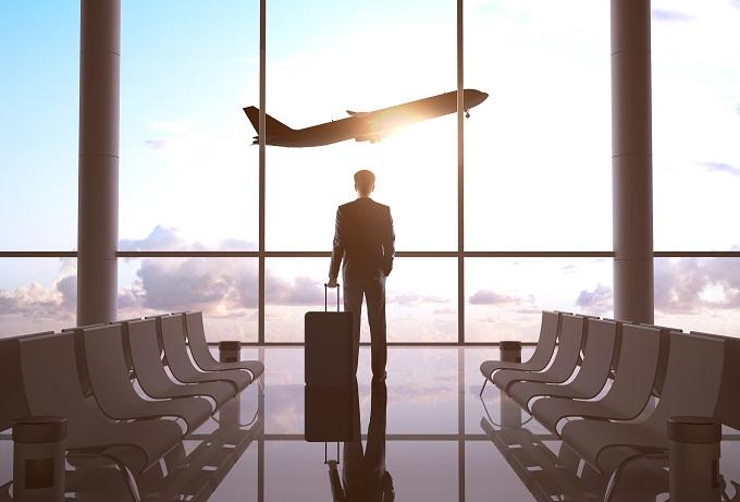 空港、飛行機と男性