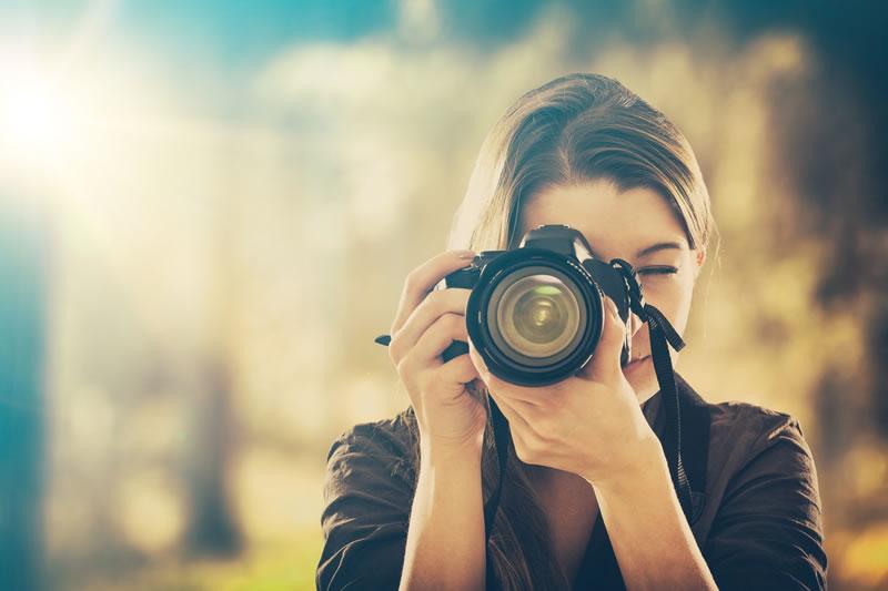 デジタル一眼レフカメラを向けると身構えてしまいます。