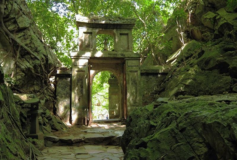 山の中に佇む、神秘的な洞窟寺院