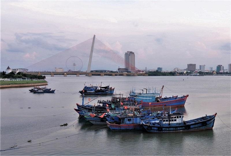 ハン川に浮かぶ船の奥には近代的な橋