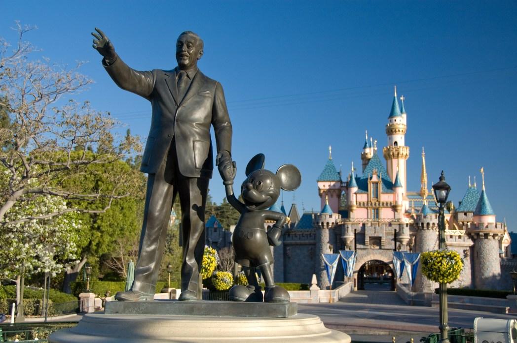 ミッキーと寄り添うウォルトの像
