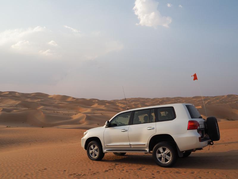 車で砂漠を走り抜けるアクティビティ「Dune Bashing」