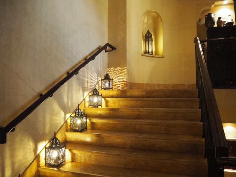 階段の脇に置かれたイスラム模様のランプシェード