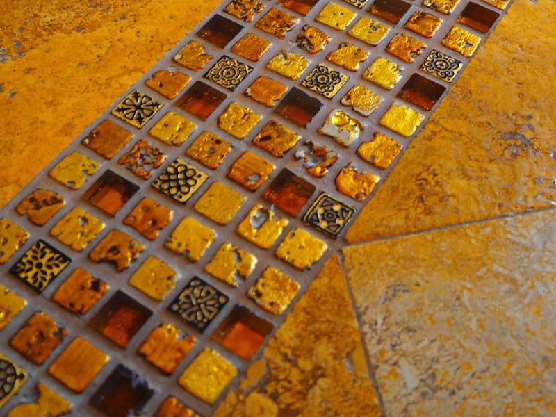 一つひとつ模様の違うタイルの床