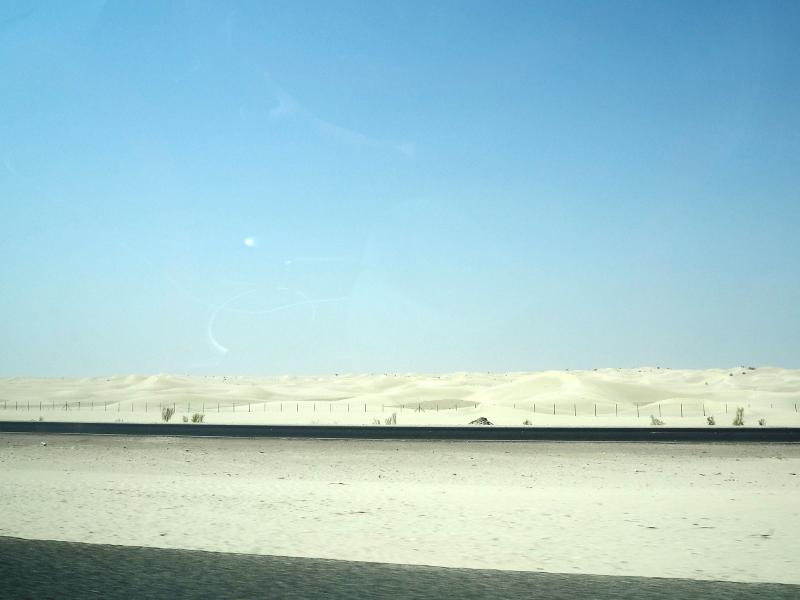 「カスール・アル・サラブ」へと続く絶景の一本道