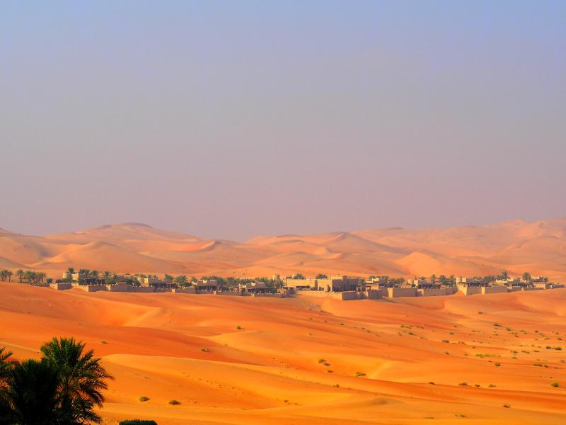 砂漠の中に現れる「Qasr Al Sarab」