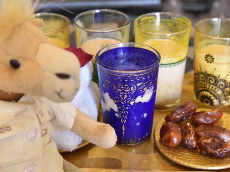 ウェルカムドリンクとプレゼントのラクダ人形