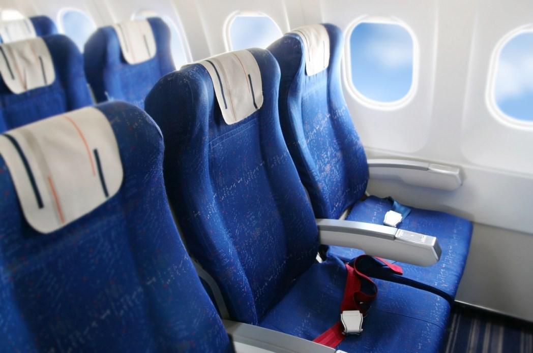 狭い座席に長時間座り、足を動かさずに同じ姿勢でいる時に生じやすい
