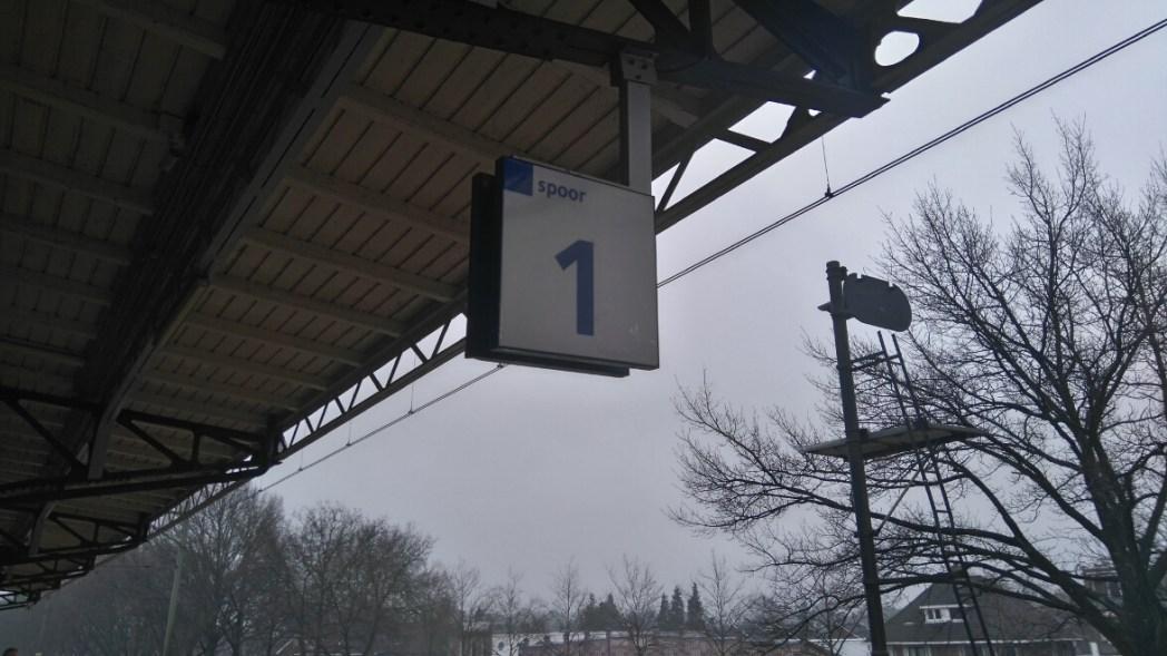 プラットホームの番号が書かれた看板