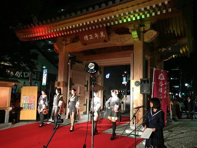承天寺で行われる、華麗なデザインのファッションショー