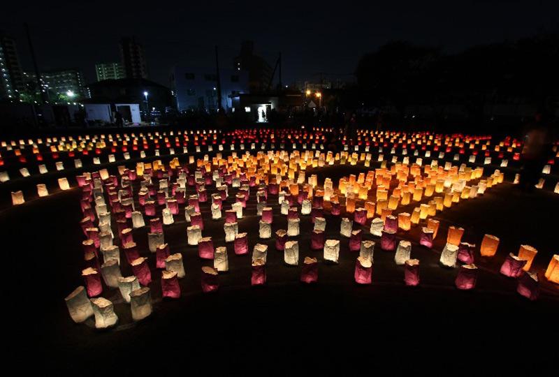 直径およそ80メートル、約4~5,000個の灯明でつくられる巨大な地上絵