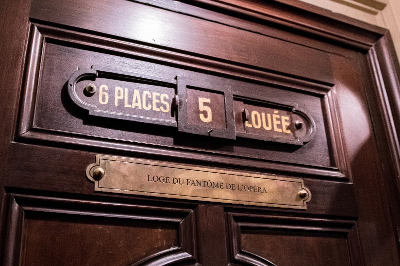 「怪人の指定席」と書かれた2階5番ボックス
