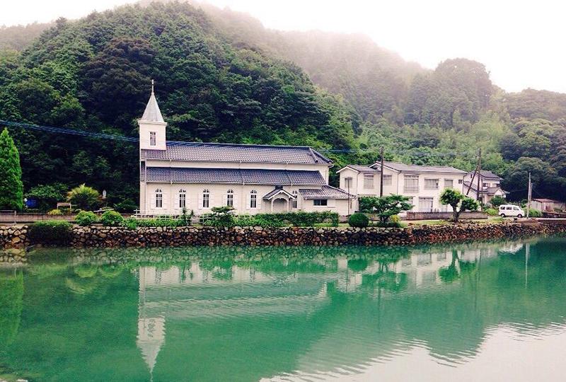 水辺に映る水鏡の教会「中ノ浦教会」