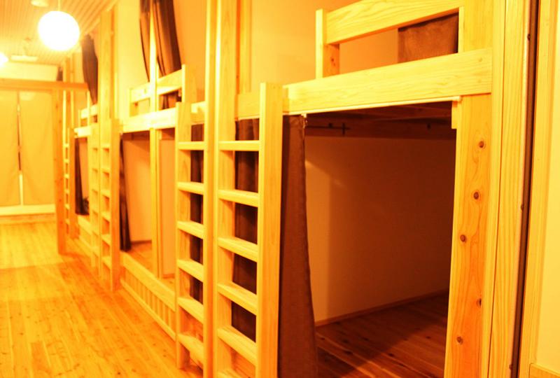 カーテンで区切られていて個室感覚で宿泊できるドミトリー(相部屋)