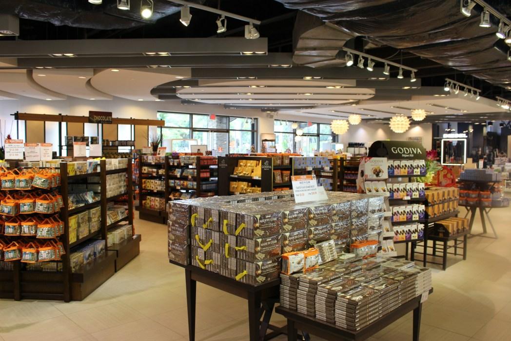 お土産に人気のチョコレートが豊富に並ぶ店内