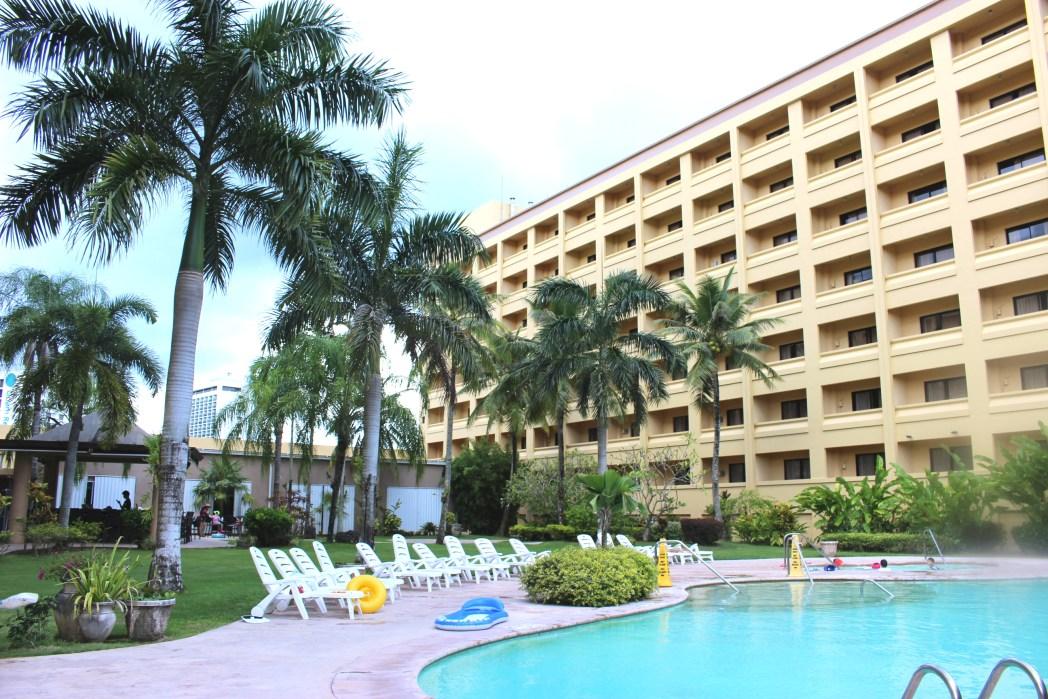 ココナッツの木が並ぶ「グアムプラザ リゾート&スパ」