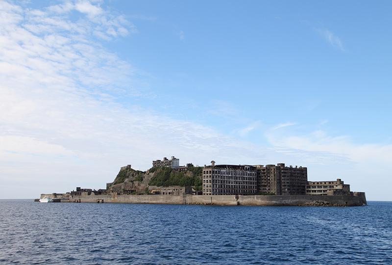 世界遺産に登録された小さな岩礁だった島が軍艦島へ