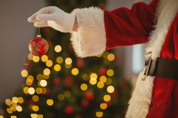 クリスマスオーナメントを持つサンタクロース
