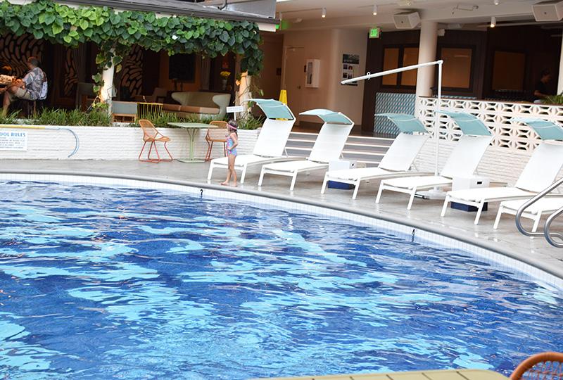 ロビーから見えるプールはホテルのシンボル的存在