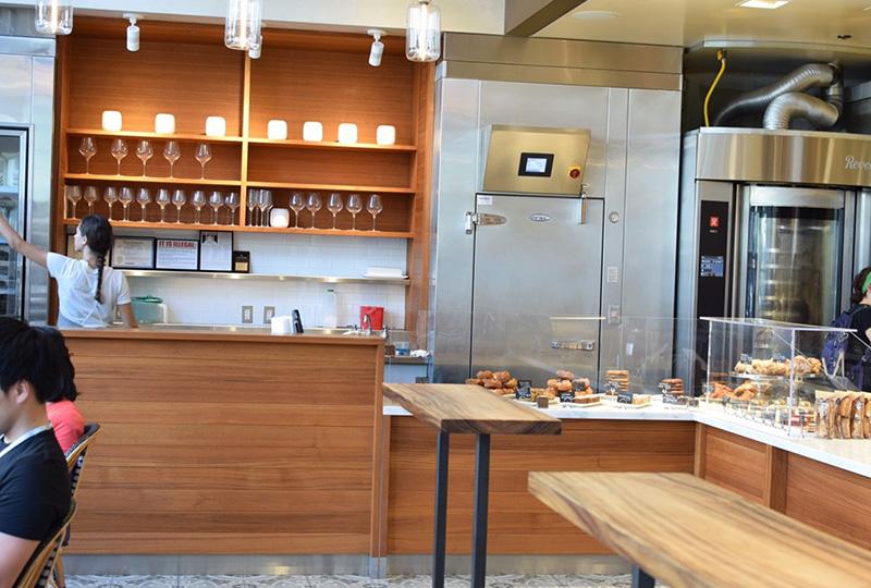 こだわりのコーヒー豆が特徴のカフェ「コナ・コーヒー・パーベイヤー」