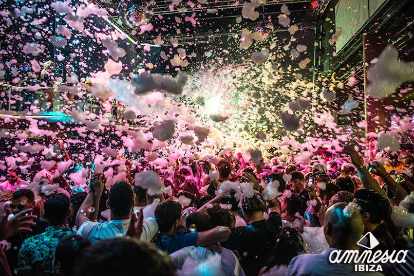 クラブ・アムネシアの泡パーティー