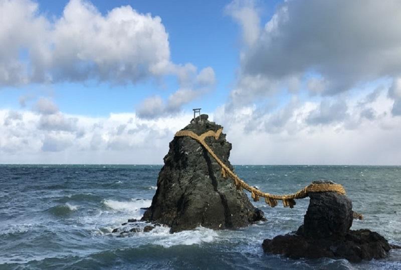男岩と女岩が仲良く並ぶ夫婦岩