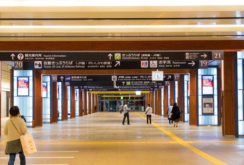 金沢駅の西口と東口を結ぶコンコース