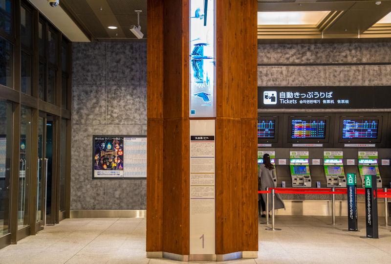パネルがはめ込まれた金沢駅の柱