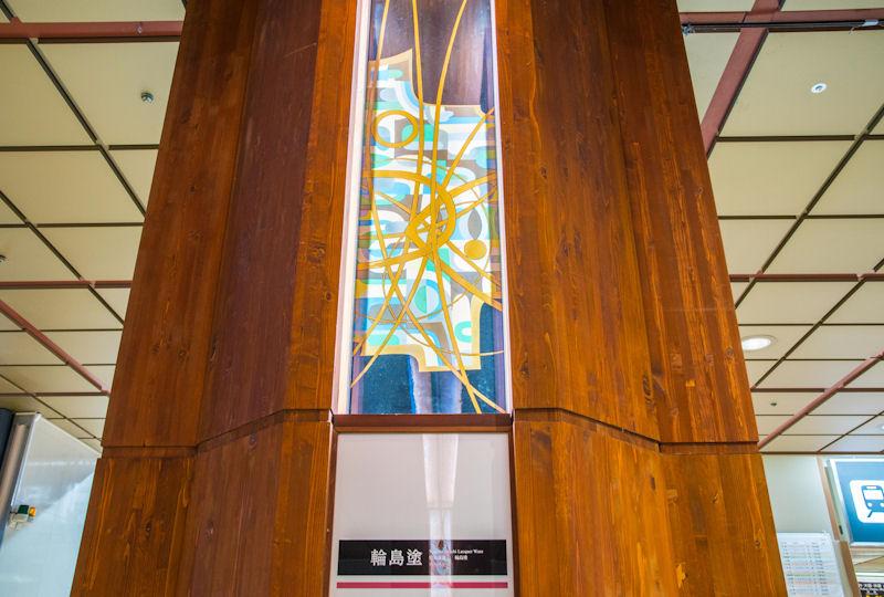 柱の中に飾られる輪島塗