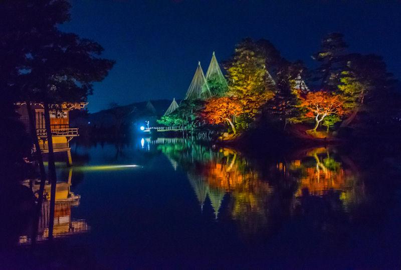 水面に映える夜の紅葉ライトアップ
