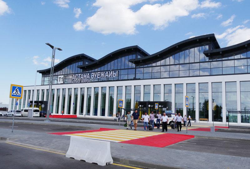 波のような曲線を描く屋根が特徴のアスタナ国際空港・ターミナル1